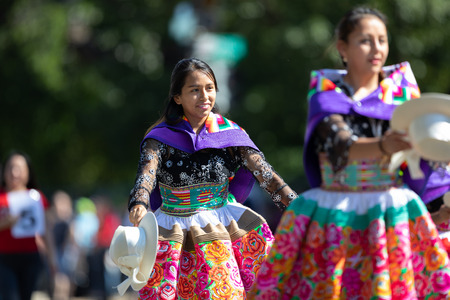 Washington, D.C., USA - September 29, 2018: The Fiesta DC Parade, Peruvian women wearing traditional clothing danicng during the parade Foto de archivo - 116662996