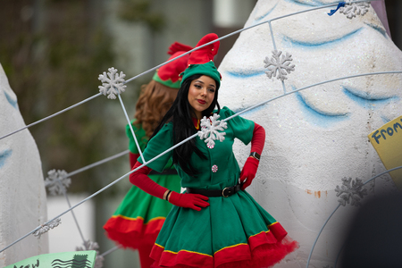 Houston, Texas, USA - November 22, 2018 The H-E-B Thanksgiving Day Parade, Woman dress up as an Elf, Santa's Helper Imagens - 116933508