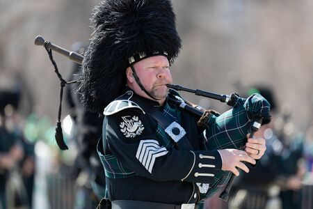 Chicago, Illinois, USA - March 16, 2019: St. Patrick's Day Parade, The Bagpipes and Drums of the Emerald Society Chicago Police Department performing at the parade Фото со стока - 129744092