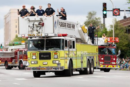 Louisville, Kentucky, USA - May 2, 2019: The Pegasus Parade, Firetruck carrying firefighters on top, going down the streetd uring the parade Banque d'images - 130291139