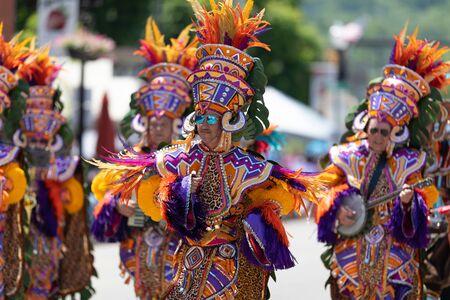 Buckhannon, West Virginia, Estados Unidos - 18 de mayo de 2019: Festival de la fresa, hombres vestidos con ropas tradicionales, tocando música en Main Street durante el desfile Editorial