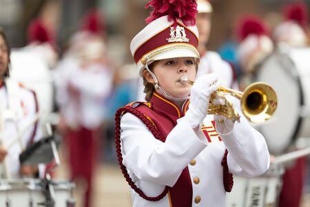 Holland, Michigan, Estados Unidos - 11 de mayo de 2019: Tulip Time Parade, miembros de la Holland Christian Middle School Band, menhires, actuando durante el desfile