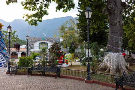 The Gomez Farias Plaza, with Christmas decorations in December, Tamaulipas State, Mexico Imagens