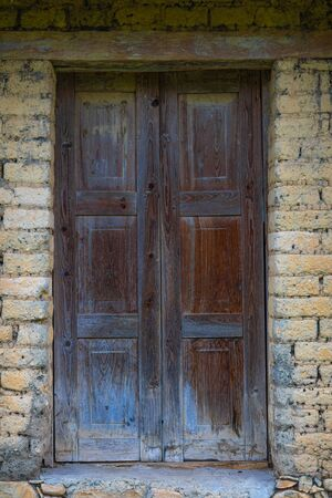 A humble home, made of adobe bricks, with an old wooden door in the small town of El Chorrito, Tamaulipas, Mexico Imagens