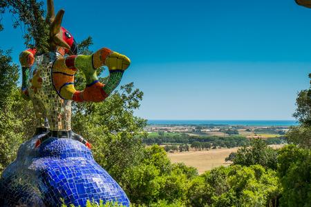 Garavicchio, in de buurt van Pescia Fiorentina, gemeenschappelijk dorp Capalbio (GR) in Toscane, Italië, ontworpen door de Frans-Amerikaanse kunstenaar Niki de Saint Phalle, bevolkt met beelden geïnspireerd door de figuren van de Grote Arcana van de Tarot Stockfoto