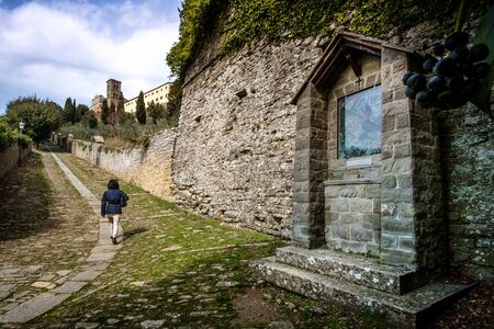 etruscan: Cortona is one of the most ancient Etruscan town and given the elevated position 600 s.l.m. It enjoys a wonderful view over the whole Valdichiana, Santa Margherita via Crucis Stock Photo