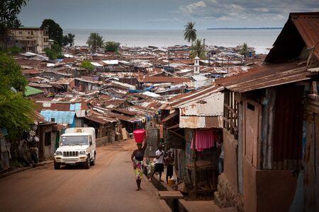 Freetown, Sierra Leone - 8 juni 2013: sloppenwijken van de stad