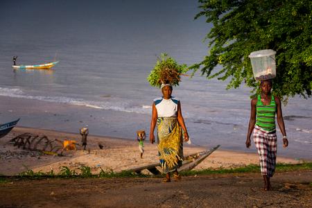 Yongoro, Sierra Leone - 2 juni 2013: West-Afrika, de stranden van Yongoro in de voorkant van Freetown Redactioneel