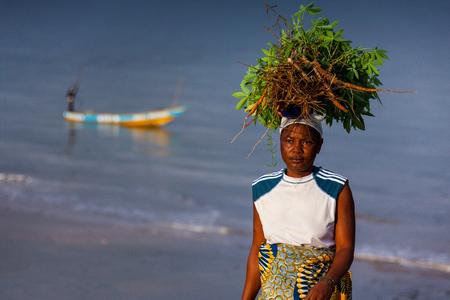 Yongoro, 시에라 리온 - 2013 년 6 월 2 일 : 서 아프리카, 프리 타운 앞에서 Yongoro 해변 스톡 콘텐츠 - 59471594