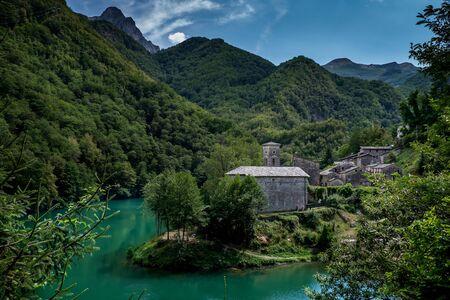 ガルファニャーナ, トスカーナ, イタリア - イゾラ サンタは Apuan アルプスの中心部の幽霊村です。 写真素材