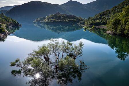 ガルファニャーナ, トスカーナ, イタリア - ラーゴ ・ ディ ・ Vagli、Vagli 湖に Vagli ・ ディ ・ ソット村 写真素材