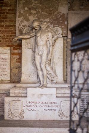cappella: Serre di Rapolano son famosos por estar cerca de la sede de Rapolano balnearios turísticos con sulfúrico acuoso, Cappella di Piazza e Serremaggio, monumento a los caídos de la guerra Foto de archivo