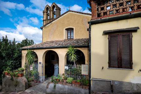 empedrado: Castagneto Carducci es una de las ciudades más populares de la Costa de los Etruscos, Livorno, Italia, Iglesia de la Virgen del Carmen ahora un museo de la conservación del mobiliario sagrado