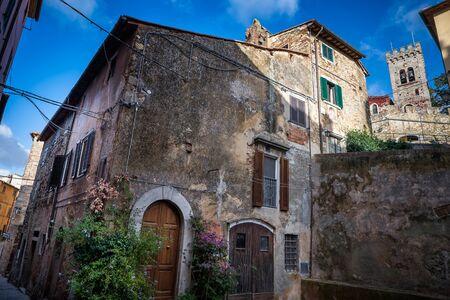 empedrado: Castagneto Carducci es una de las ciudades más populares de la Costa de los Etruscos, Livorno, Italia, calles medievales típicas en el centro histórico