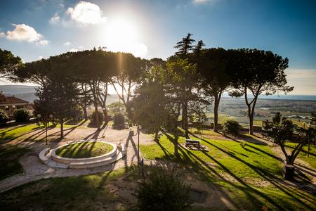 Castagneto Carducci is een van de meest populaire steden aan de Etruskische kust, Leghorn, Italië, Belvedere plein met kinderspeelplaats Stockfoto