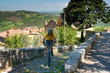 Val dOrcia, Siena, mountain bike excursion in the Tuscan hills - passage to Vicolo San Sebastiano, Rocca dOrcia Stock Photo