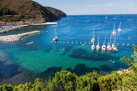 Capraia-eiland, het Nationale Park van Arcipelago Toscano, Toscanië, Italië - jachthavenboten