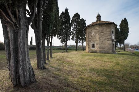 Bolgheri, Leghorn - Mening van Oratorio San Guido dichtbij beroemde cipresweg, Toscanië, Italië Stockfoto