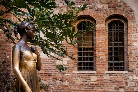 Juliet statue and balcony by Juliet house, Verona, Italy Stock Photo