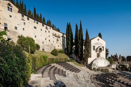 ヴェローナ, イタリア - バック グラウンドで考古学博物館とイタリア、ヴェローナ、ローマ劇場の円形競技場