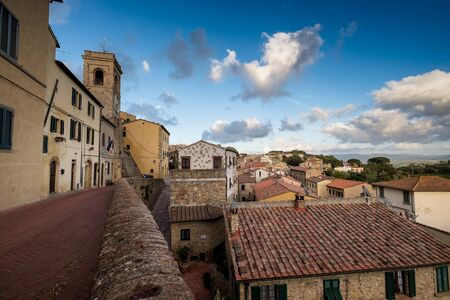 Montescudaio, Pisa, Toscane, Italië, Uitzicht op het oude dorp met de stadstoren en de kerk