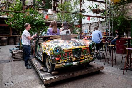 BOEDAPEST, HONGARIJE - AVRIL 15, 2016: Trabant naar een nieuwe functie in de tuin van Ruin Bar - Szimplakert, Kazinczy Street