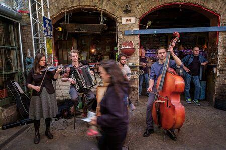 BUDAPEST, HONGARIJE - AVRIL 17, 2016: De muziek maakt geen verschil - Ruin Bar Szimplakert, Kazinczy Street