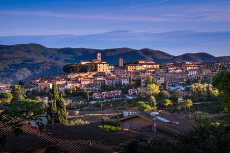 Montescudaio, 토스카나, 이탈리아, 첫 번째 새벽 조명에서 파노라마보기 스톡 콘텐츠