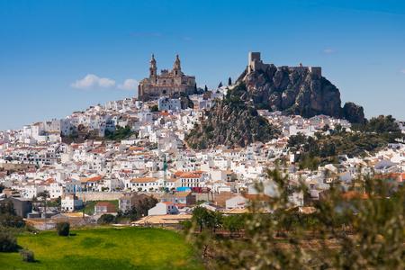 Olvera is een wit dorp (pueblo blanco) in Sierra de Grazalema, provincie Cadiz, Andalusië, Spanje - het Parroquia de Nuestra Senora de la Encarnacion (de parochie van Onze-Lieve-Vrouw van de Incarnatie) en het Moorse kasteel Stockfoto - 93478364