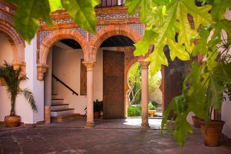 Ronda is een stad in de Spaanse provincie Malaga, binnen de autonome gemeenschap van Andalusië, majolica en Moorse bogen in een binnenplaats van Mondragon Palace Ronda museum Spanje