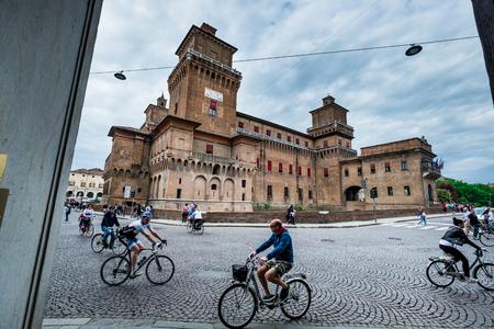Ferrara, Italië - 01 mei 2018: onbekende mensen in Castello (kasteel) Estense, een fort met vier torens uit de 14e eeuw, Ferrara, E, ilia-Romagna, Italië