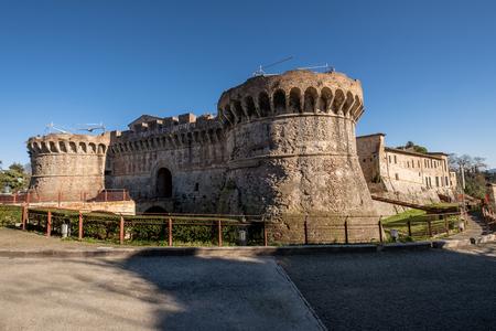 Porta Nuova (oder Porta Salis) mit den beiden Renaissance-Rundtürmen aus dem XV-XVI Jahrhundert ist eines der Tore zum mittelalterlichen Dorf Colle di Val d'Elsa, Siena
