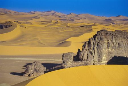 África, Argelia, Sahara, Parque Nacional de Tassili N'Ajjer, Tadrart, torres de roca y dunas de arena