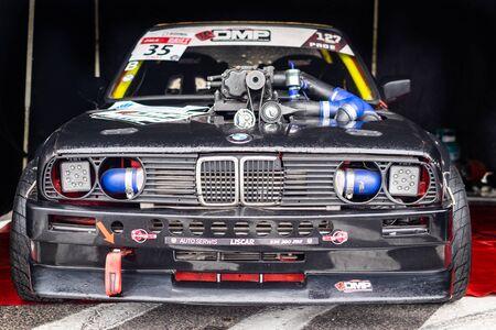 Zgierz/Polonia, il 24 novembre 2018: il motore della macchina da corsa si chiude durante la competizione amatoriale di Zala Drift.