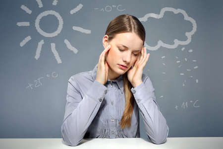 dolor de cabeza: Mujer que tiene un dolor de cabeza