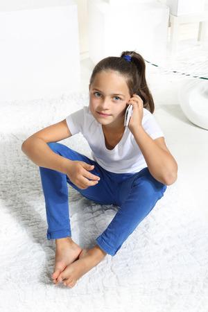 pied jeune fille: Girl parlait au t?l?phone cellulaire