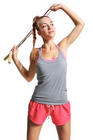 saltar la cuerda: Mujer bien proporcionada con el ejercicio de una cuerda de saltar