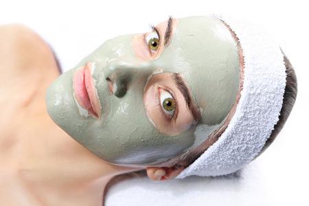 relaxes: mujer se relaja en la m�scara de arcilla verde