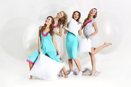 pajamas: Un grupo de chicas j�venes en la ducha del beb�