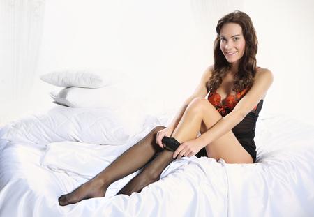 pantimedias: Mujer sensual tira de medias