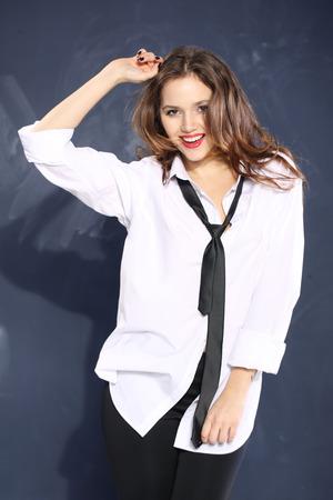 ni�as sonriendo: encantadora mujer joven en camisa de un hombre s