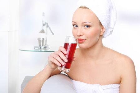 jugo de frutas: La dieta sana de la mujer joven con un vaso de jugo de fruta Foto de archivo