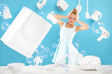 estereotipo: Deberes mujeres s - cocinar, lavar, planchar Foto de archivo