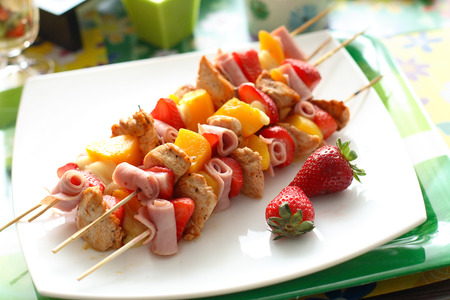fruit skewers: Brochetas de frutas sabrosas