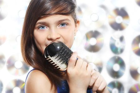 cantando: Tengo un talento infantil, adolescente, ni�a, cantando en un micr�fono, una peque�a cantante