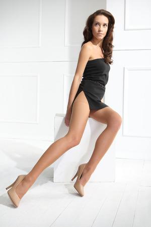piernas con tacones: Medias. Piernas femeninas en leotardos, medias, calcetines. sobre un fondo blanco