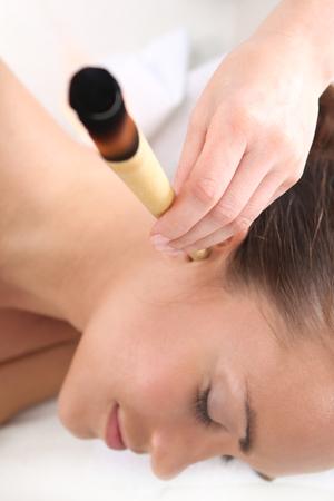oido: La mujer se relaja en el estudio de la medicina natural tratamiento velas de o�do.