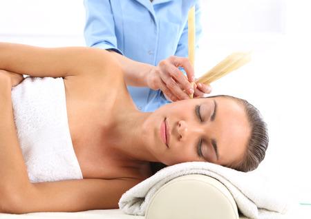 oreja: La mujer se relaja en el estudio de la medicina natural tratamiento velas de o�do.