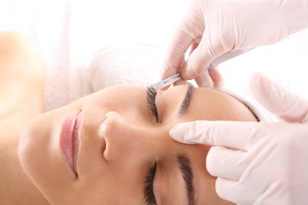 Kaukasischen Frau während der Operation mit einem Skalpell