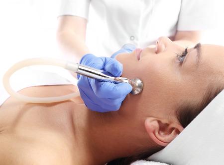 traitement: Femme détendue lors d'un traitement de microdermabrasion dans le salon de beauté
